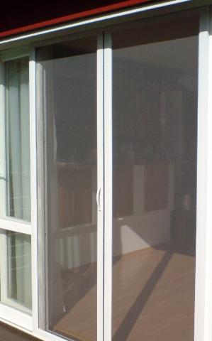 Posuvná síť do francouzského okna