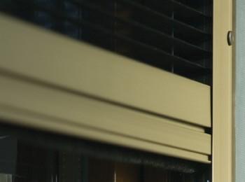 Detail horizontální plisé sítě do okna