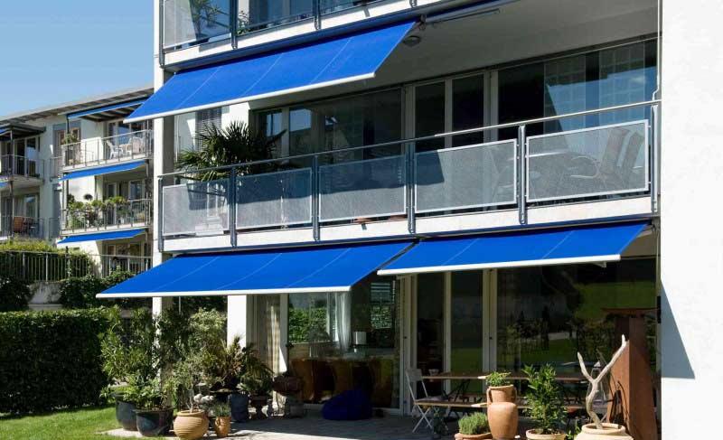 Různě nastavené úhly terasové a balkonové markýzy