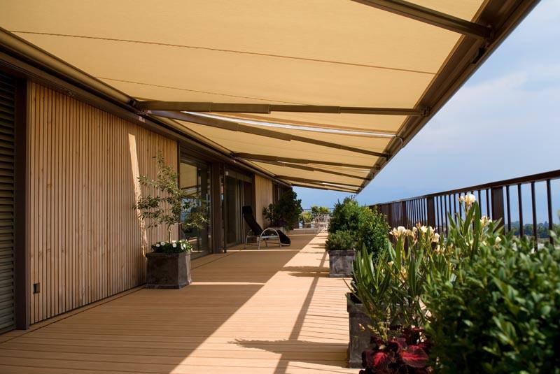 Zastínění velké terasy vícero markýzami
