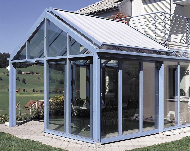 Markýza nad zimní zahradou může suplovat i sedlovou střechu