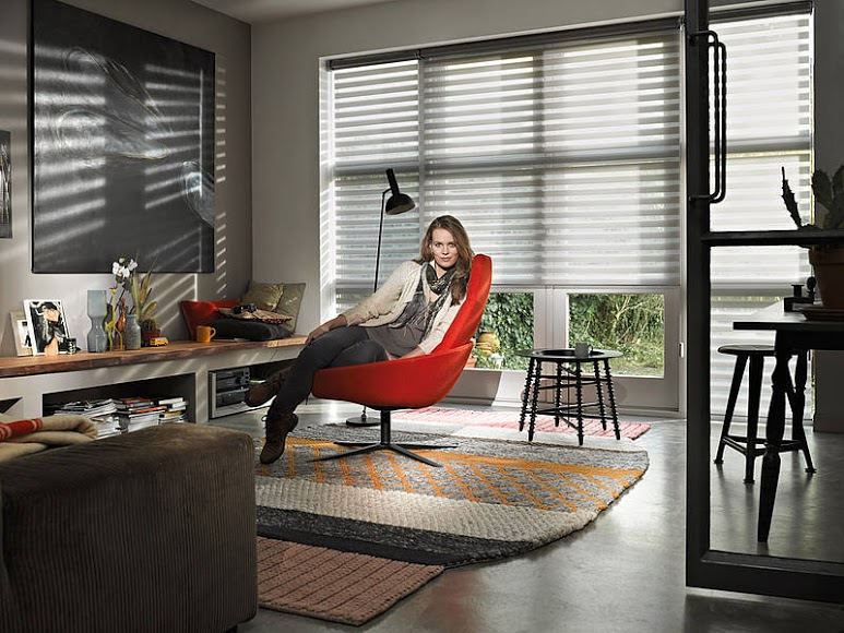 Šedé rolety den a noc v pracovně na velké francouzské okno