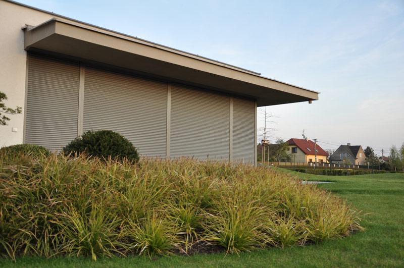 Zatažené venkovní rolety vám uvnitř domu poskytnou dokonalé soukromí