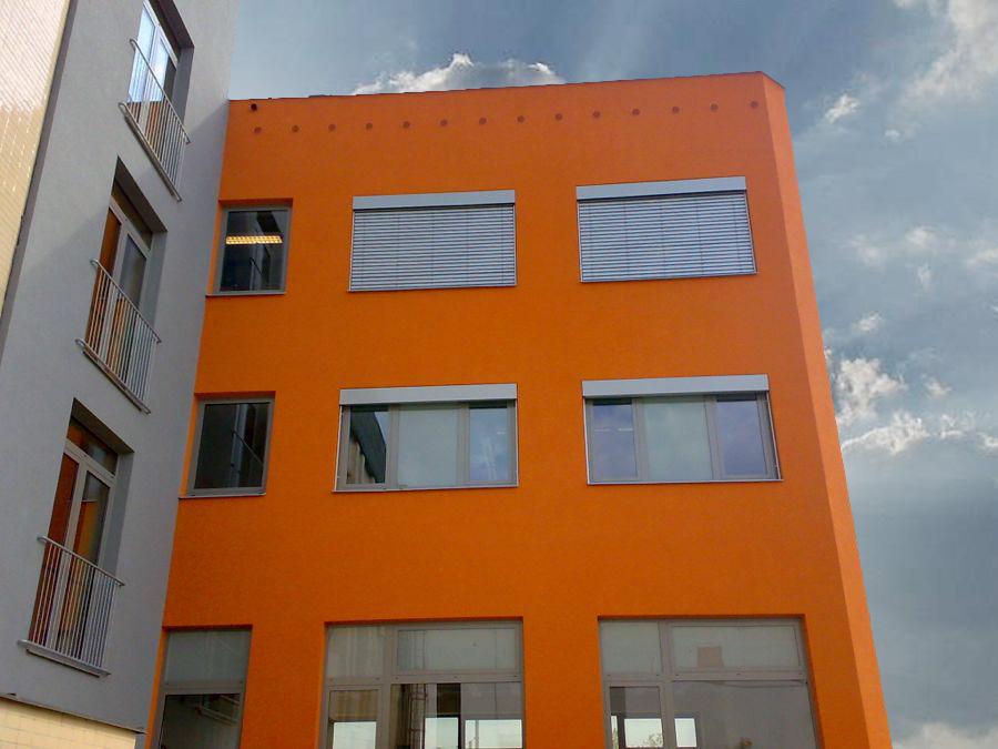 Přiznané venkovní žaluzie na administrativní budově, Záchranná služba, Pardubice