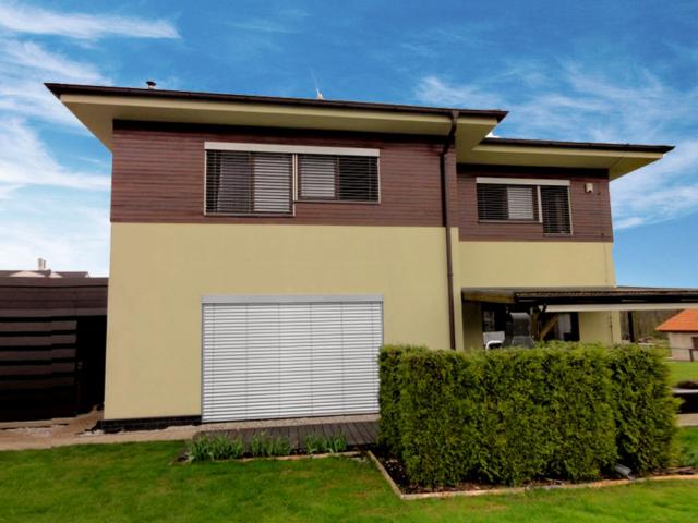 Kompletní zastínění rodinného domku - žaluzie i markýzy na terase
