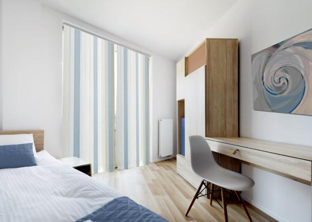 Bílo modrá vertikální žaluzie do ložnice