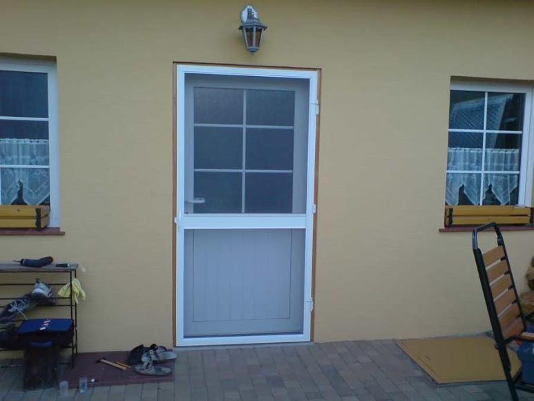 Bílá protihmyzová síť na terasové dveře