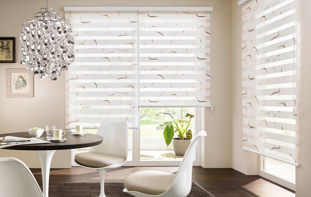 Hravé tahy štětcem dají roletě šmrnc i v moderním interiéru