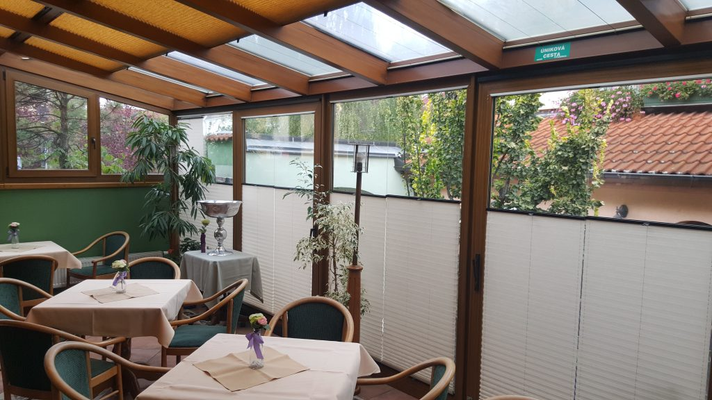 Plisé žaluzie pro stínění a soukromí v hotelové zimní zahradě