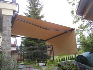 Dvojitá balkonová markýza proti nízkému slunci u RD, ruční ovládání