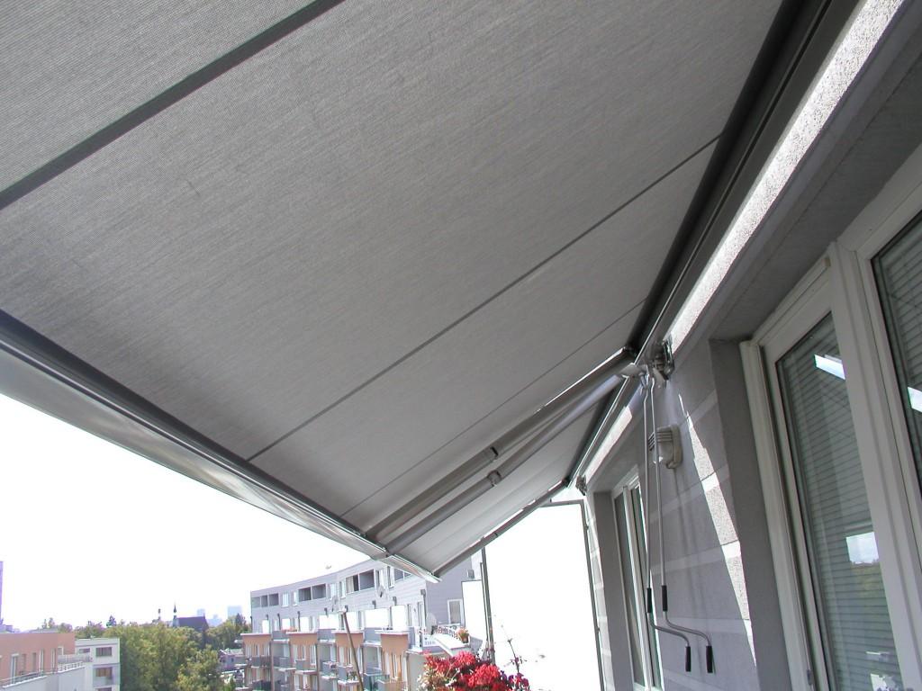 Dvě balkonové markýzy na ruční ovládání vedle sebe