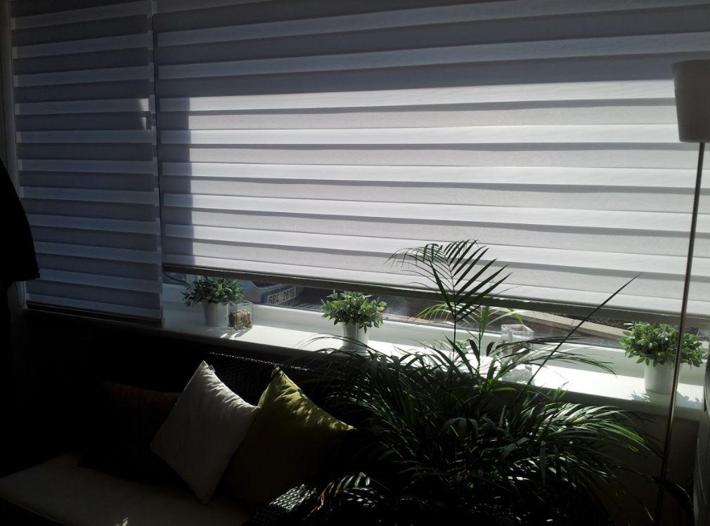 Látkové žaluzie Den a noc rozehrají v interiéru zajímavou hru světla a stínu