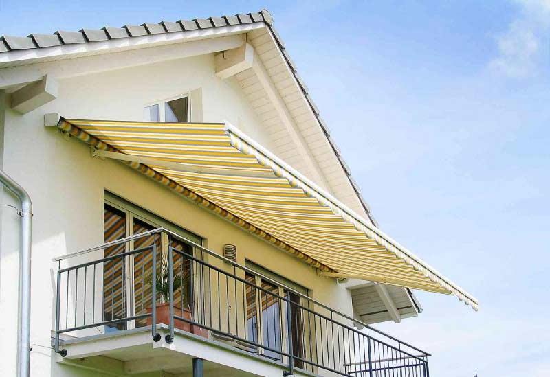 Žluto hnědá pruhovaná balkonová markýza