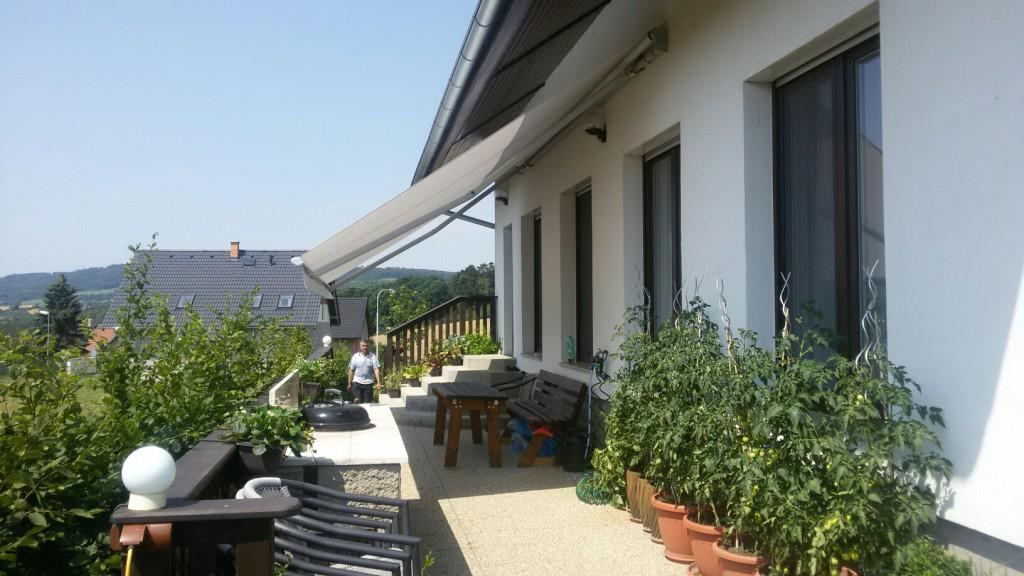 Markýza s velkým sklonem na balkono terase, bez kazety
