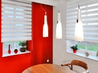 Světlé žaluzie se skvěle hodí k barevným stěnám