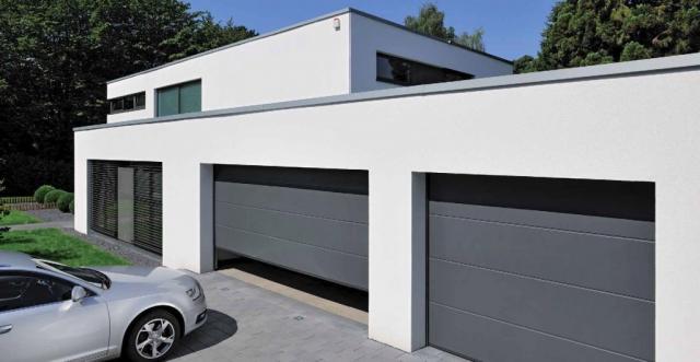 Šedá garážová vrata pro dvě garáže