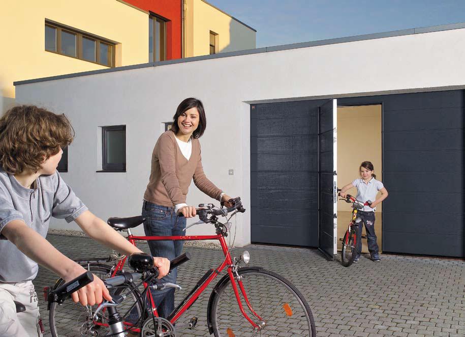 Sekční vrata s integrovanými dveřmi pro rychlý průchod