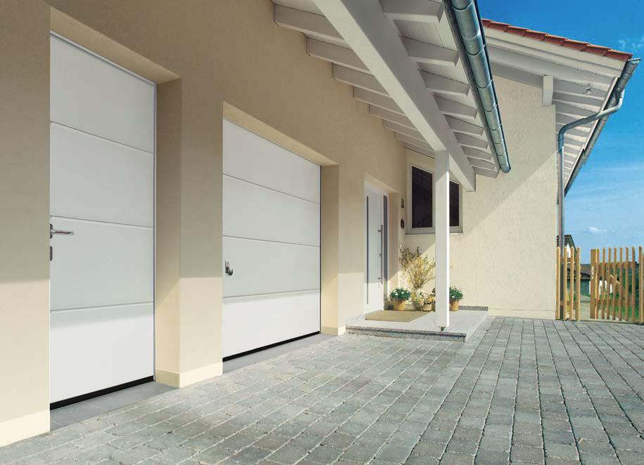 Bílá sekční vrata s bočními dveřmi - bílý dekor