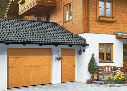 Sekční vrata - dřevěný dekor - sladěná s domovními dveřmi