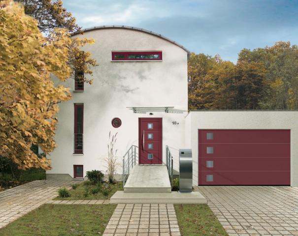 Červená prosklená sekční vrata Hörmann sladěná s domovními dveřmi