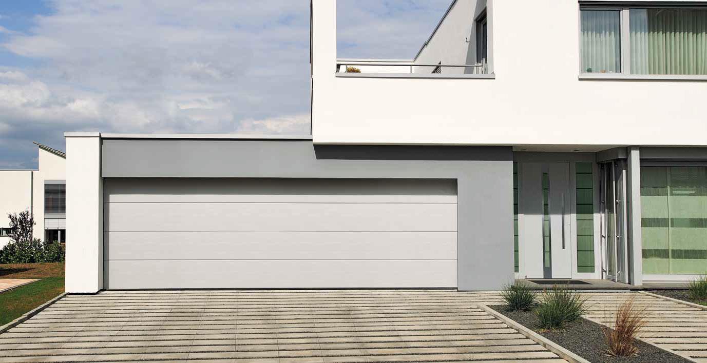 Široká sekční vrata Hörmann pro moderní dům