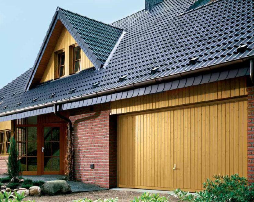 Dřevěná výklopná vrata Berry pro garáž, která je součástí domu