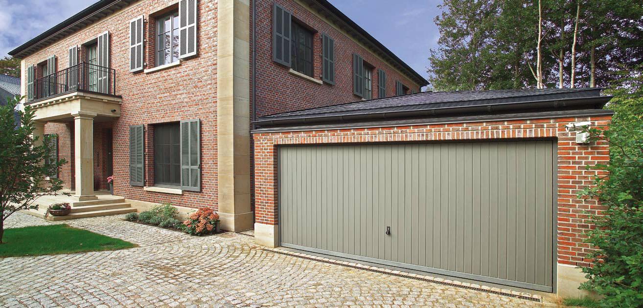 Široká výklopná vrata Hörmann pro garáž u domu