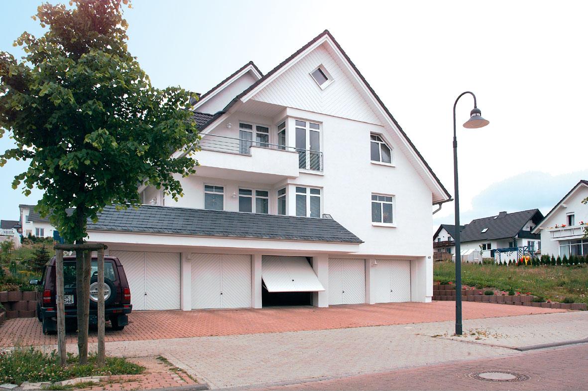 Bílá výklopná vrata Hörmann pro řadová garážová stání