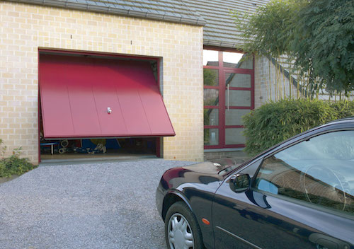 Červená výklopná vrata, garáž pro jedno auto u domu