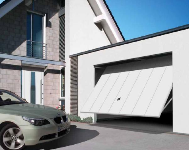 Bílá výklopná vrata garáže přilehlé domu