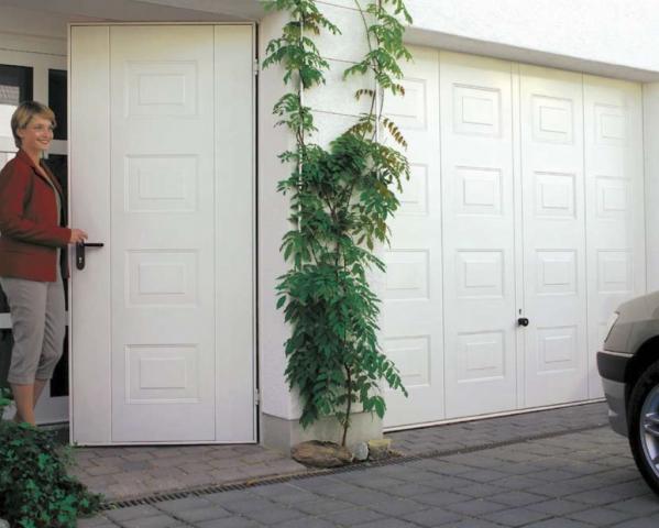 Výklopná vrata s bočním dveřmi do garáže