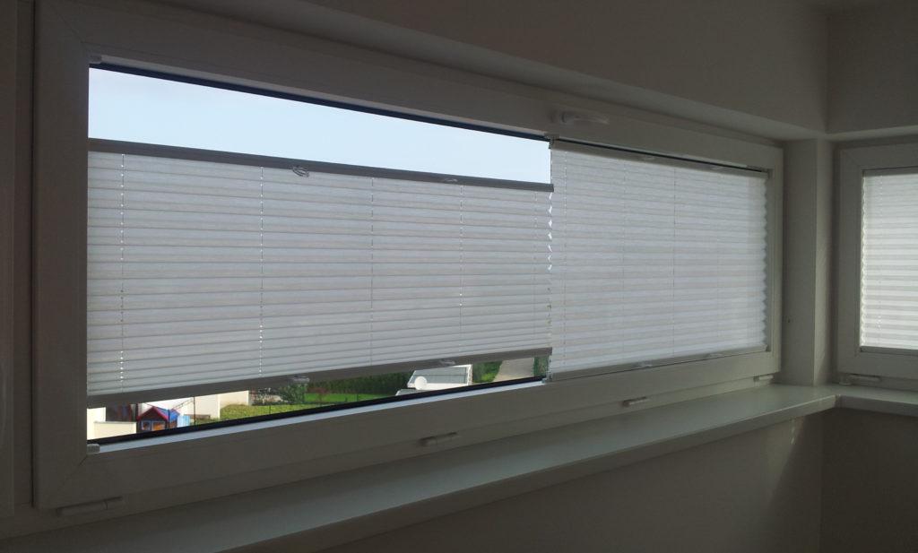 Využití dvou plisé žaluzií na jednom okně pro lepší soukromí