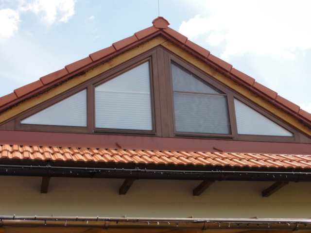 Plisé roleta na atypické trojúhelníkové okno v kombinaci se síti proti hmyzu