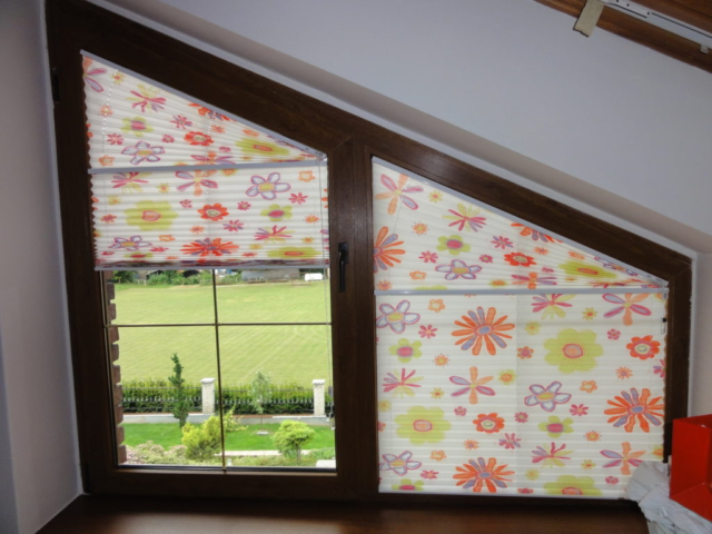 Plisé roleta se vzorem květin do atypického okna