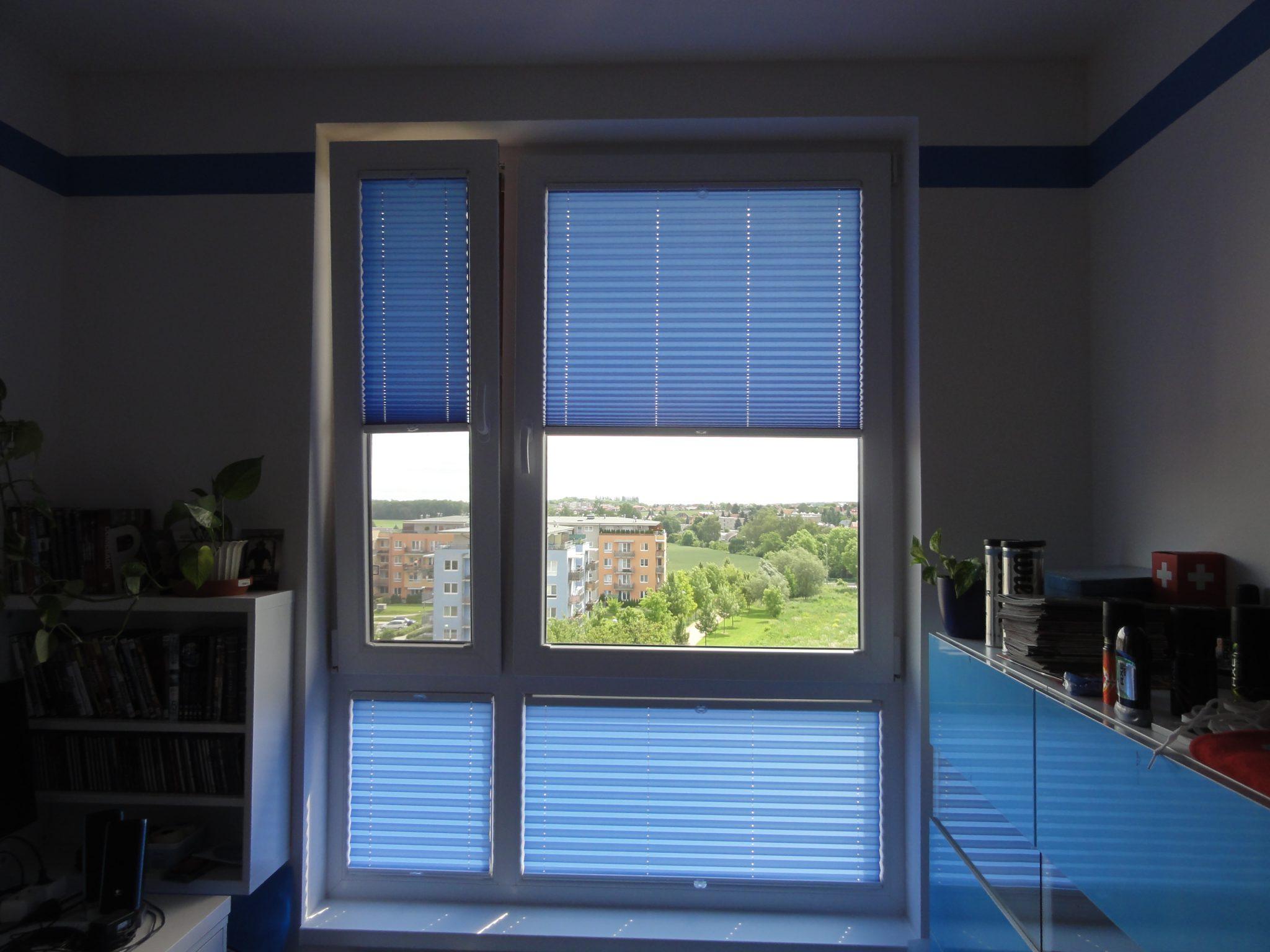 Modrá plissé roleta více stínicí pro obývací i dětský pokoj