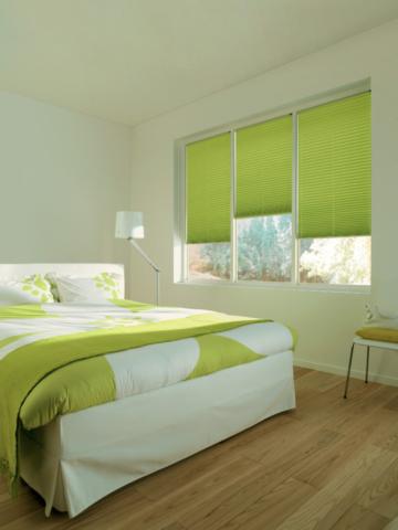 Zelené plisé rolety sladěné s povlečením v ložnici