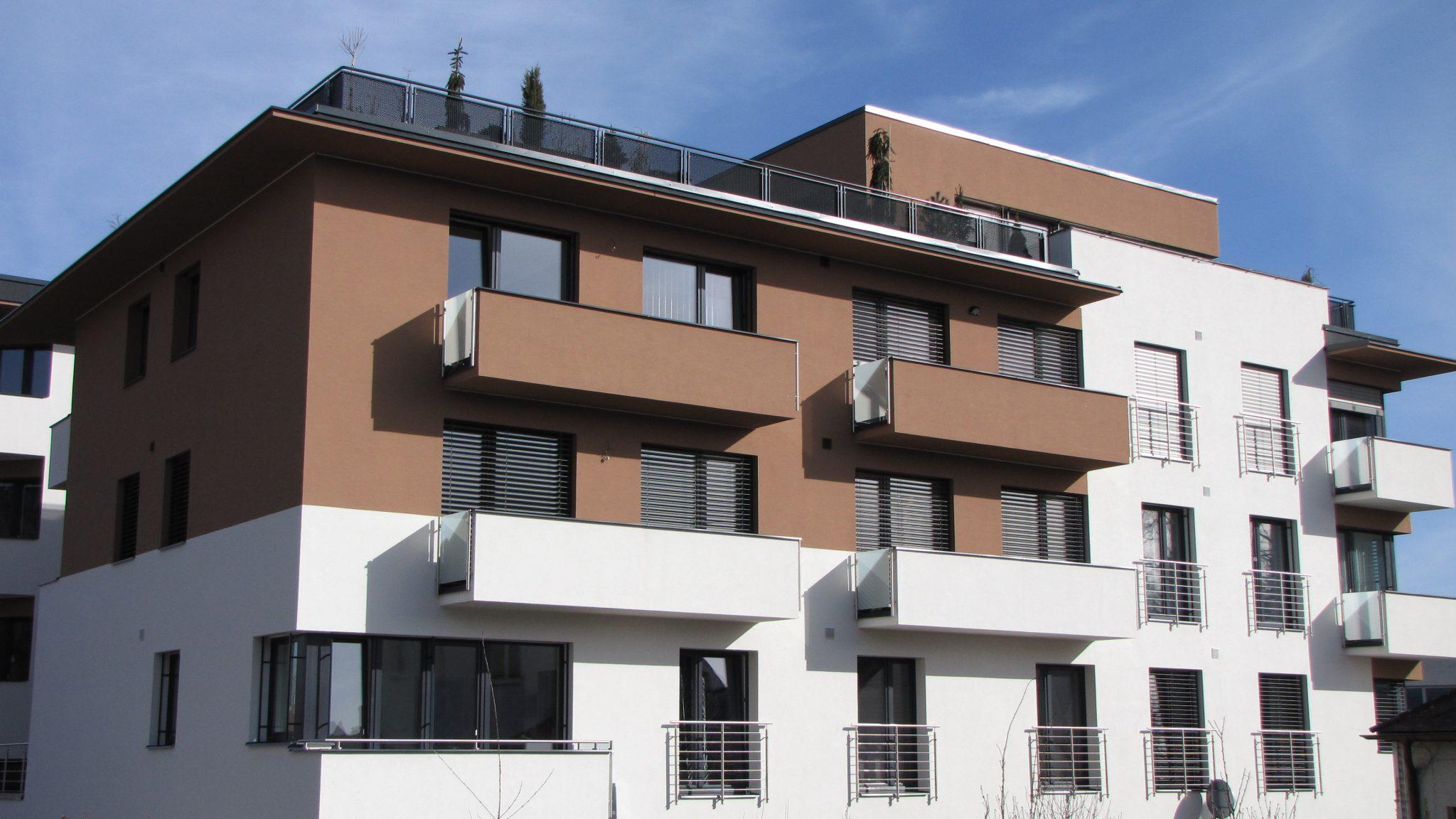 U novostavby bytového domu ve Svitavách developer dopředu počítal se zastíněním v podobě venkovních žaluzií Cetta.