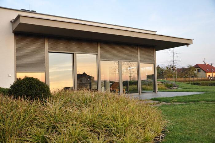Předokenní šedé rolety moderní rodinný dům na okraji Pardubic