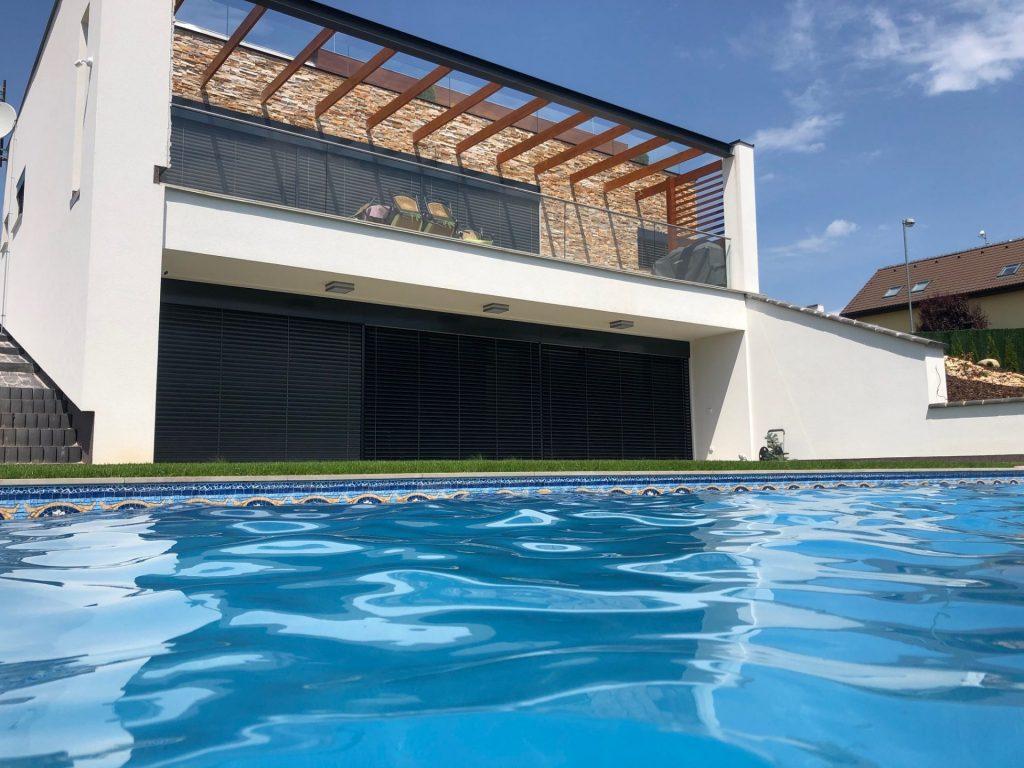 Stylové žaluzie pro rodinný dům s bazénem