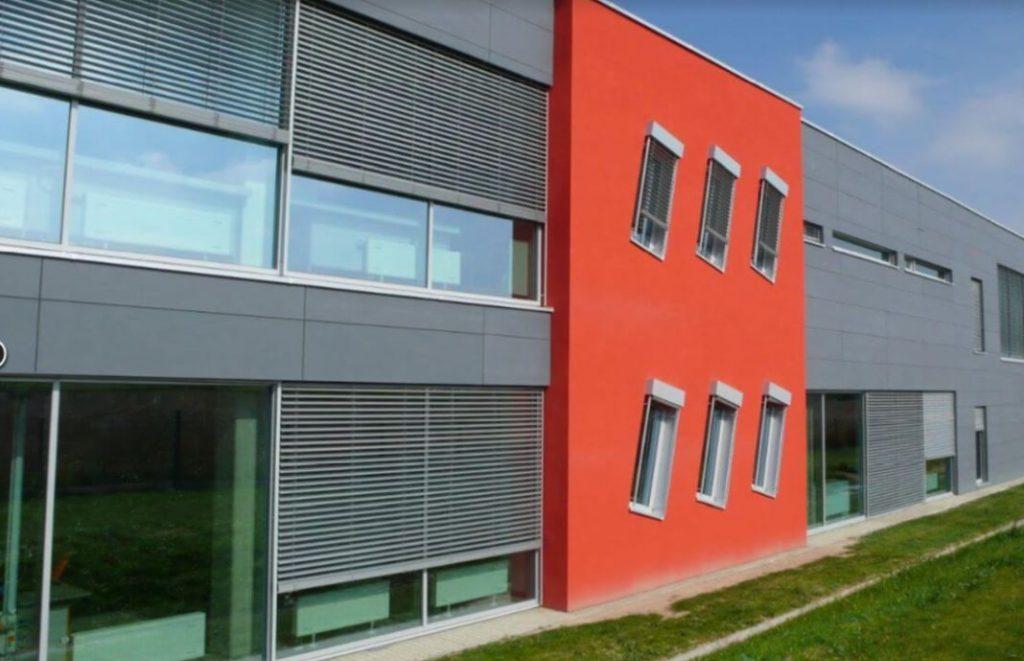 Elektrické venkovní žaluzie na dálkové ovládání se hodí i na velké firemní budovy