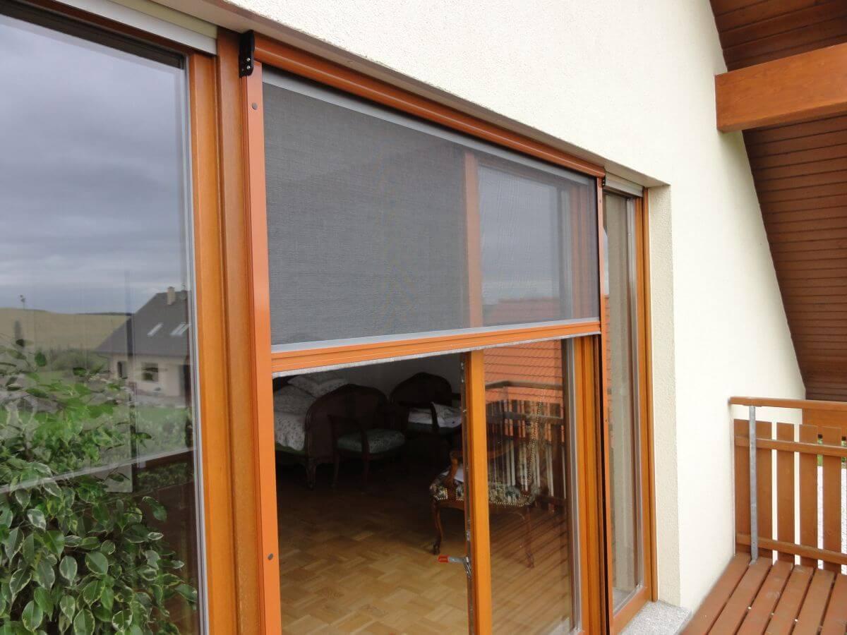 Rolovací síť proti hmyzu na francouzském okně