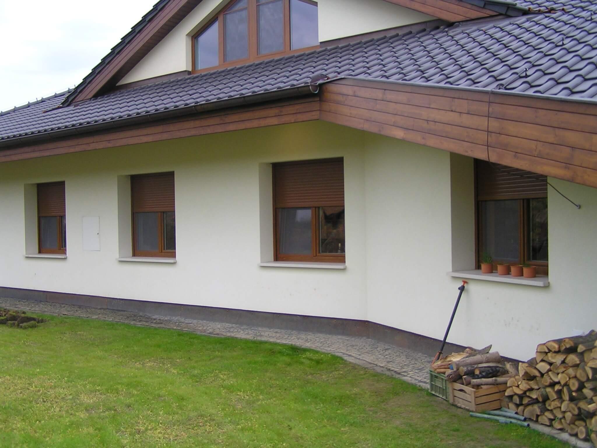 Na rodinný dům u Prahy jsme instalovali nadokenní venkovní rolety, které jsou napojeny na chytré ovládání od Somfy