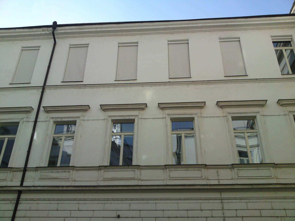 Na historický dům v širším centru Prahy jsme z důvodu nedostatku místa instalovali screenové rolety