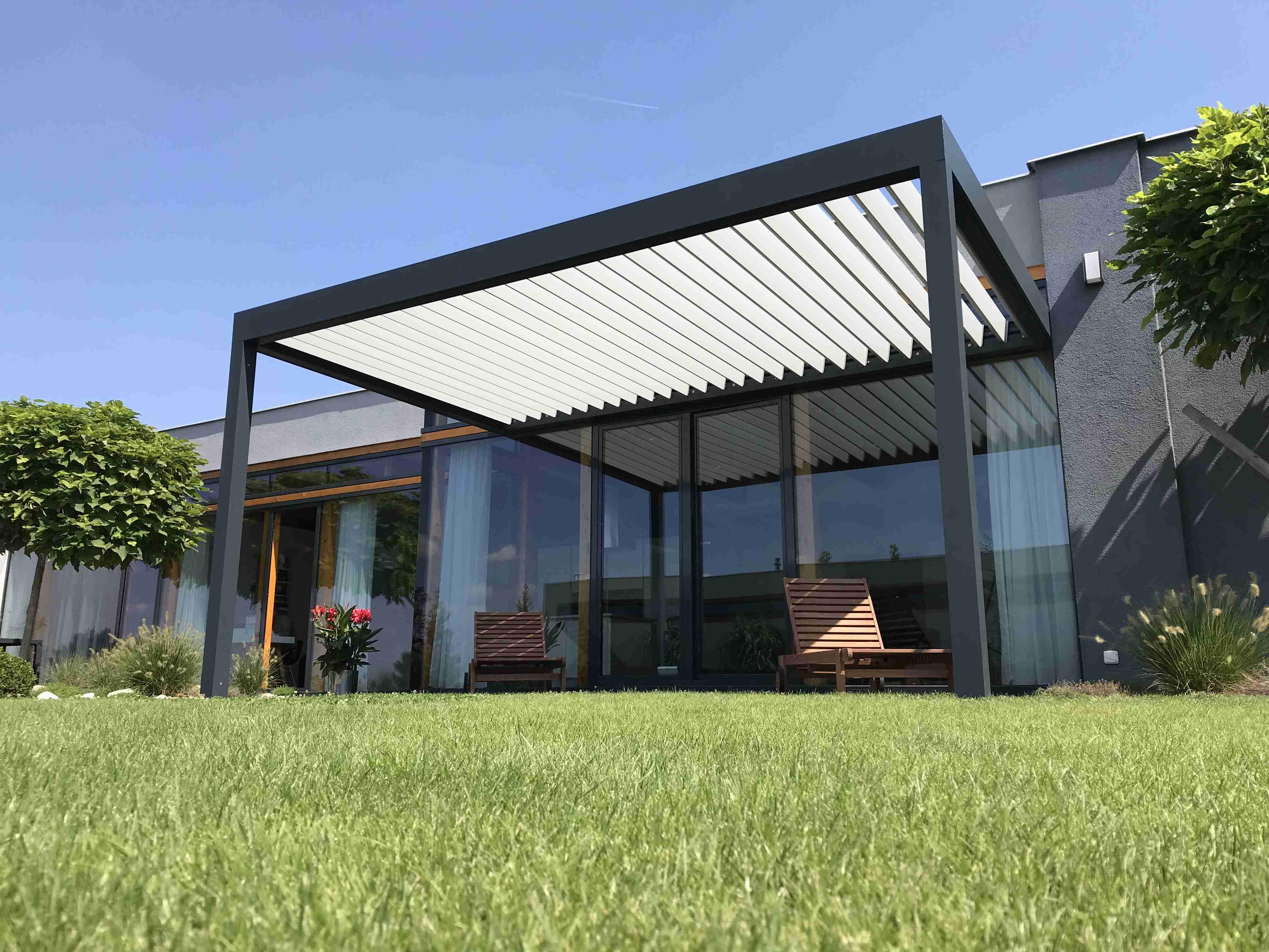 Bioklimatická pergola s hliníkovými lamelami - elegantní a vysoce funkční doplněk vašeho domu.
