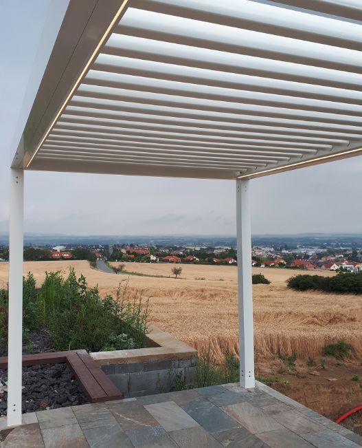 Pergola Artosi umožňuje naklápění lamel ve více zónách
