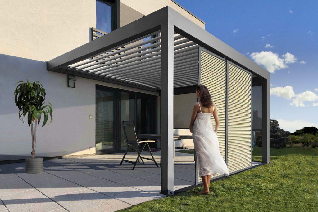 Bioklimatická pergola se samonosnou konstrukcí a kotvením do stěny domu.