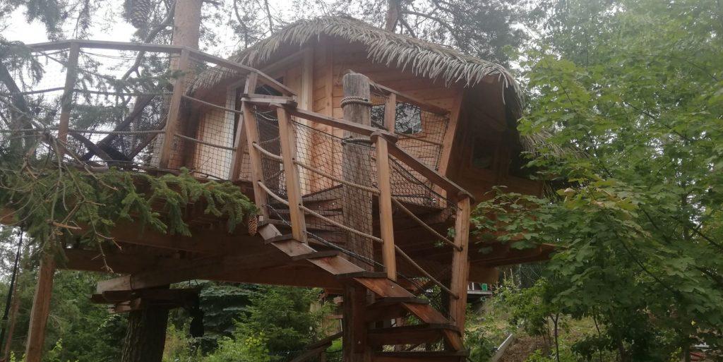 Vyrobili jsme sítě proti hmyzu i pro dům na stromě.