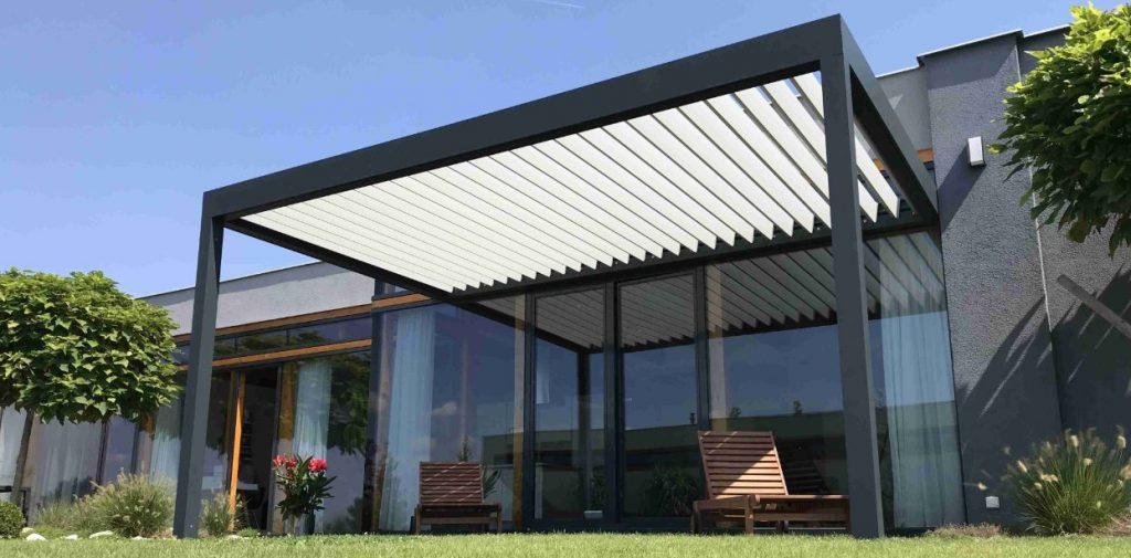 Bioklimatická pergola ke zdi domu prodlouží terasovou sezónu až o 3 měsíce