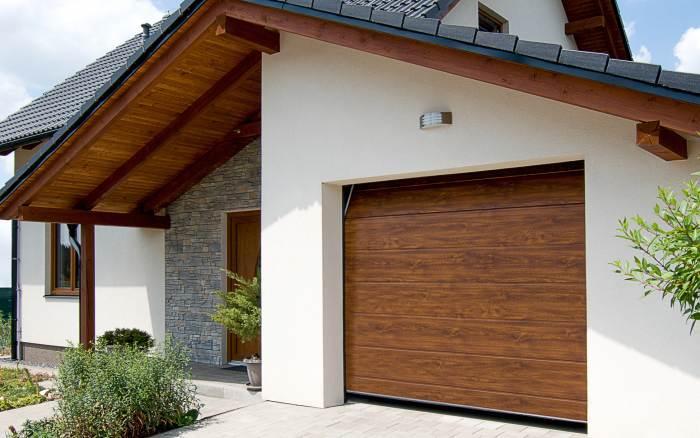 Dřevěný dekor garážových vrat ladí s okny i dveřmi