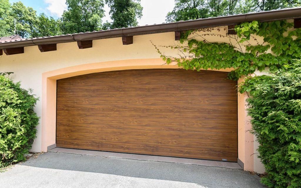 Garážová vrata v dřevěném dekoru